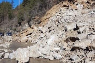 Внимавайте преди Рилския манастир! Паднали скали затрудняват движението