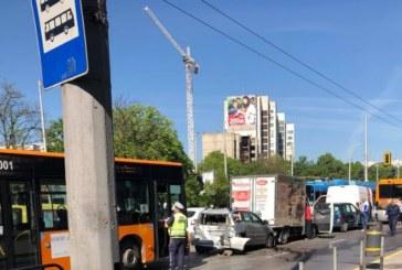 ВЕРИЖЕН СБЛЪСЪК! Два автобуса и пет коли се удариха