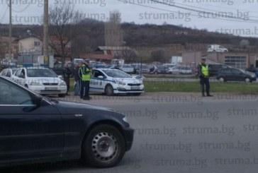 """Акция на дупнишките пътни полицаи край Пиперево! 65 нарушители за 2 часа излови новата камера, засече размяната на пистолет между шофьори на Е-79, патрулката не успя да настигне избягало от хайката """"Ауди"""""""