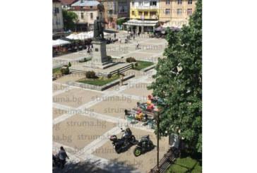 Благоевградчани възмутени: Мотористи паркират на пощада до паметника на Г. Делчев