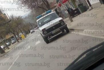 Благоевградчани: Полицаи паркират върху пешеходната пътека в двойно нарушение, какъв пример дават?!