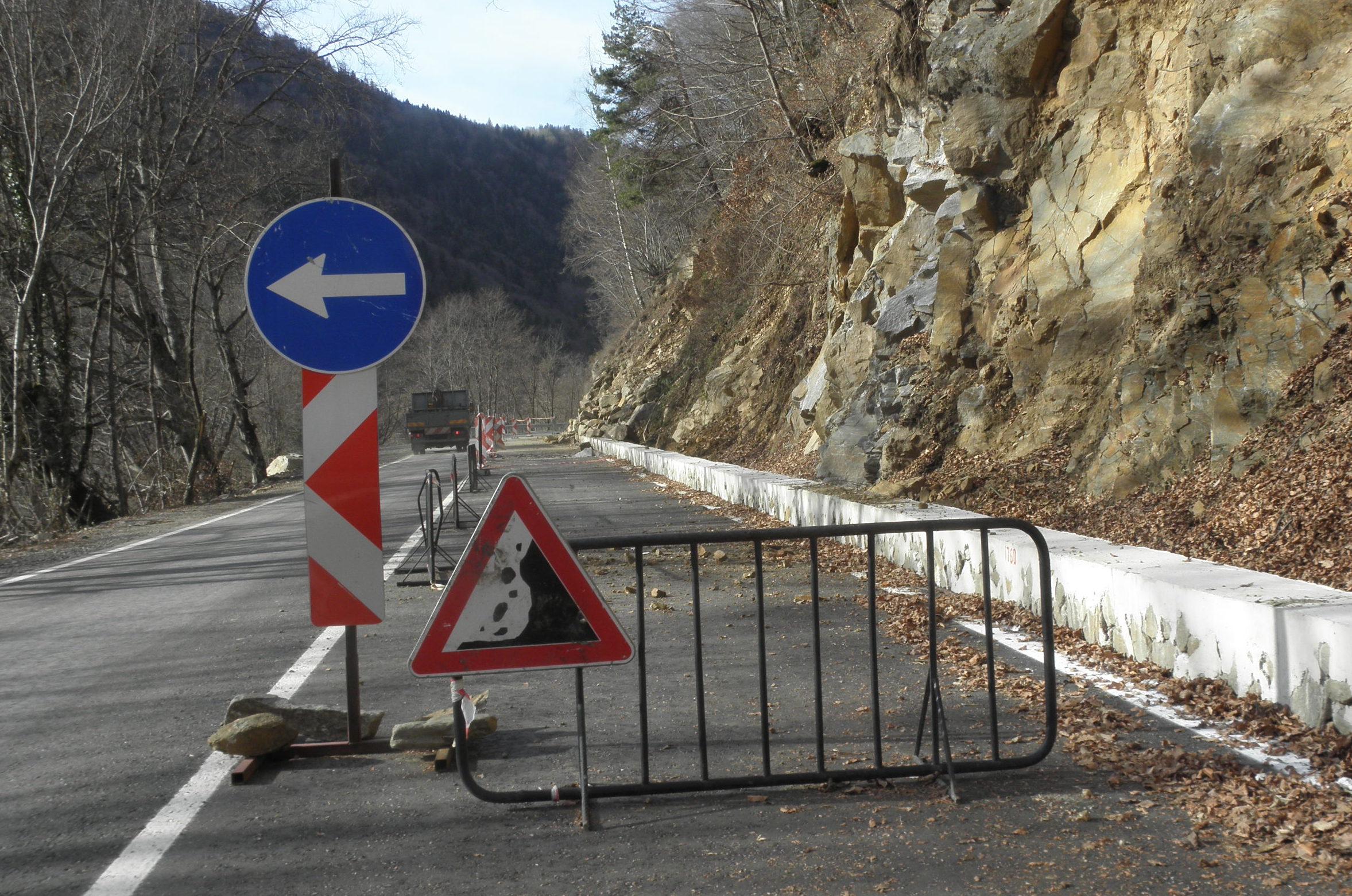 Срутване на скална маса! Промениха движението в района на Рилски манастир
