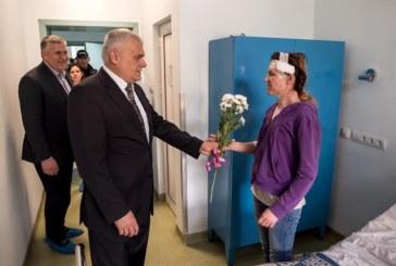 Министър Валентин Радев посети полицай Гергана Зашева в болницата