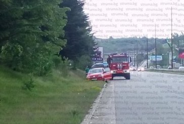 Аварирал автомобил на Е-79 край Благоевград, пожарникари оказват помощ