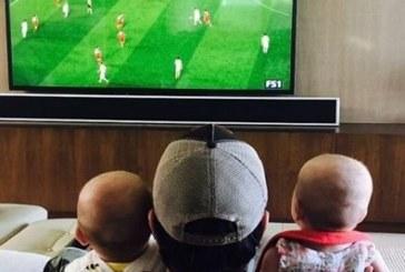 Енрике Иглесиас гледа футбол с близнаците /СНИМКА/