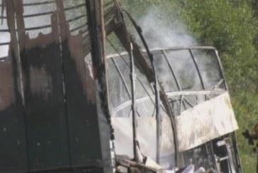 Туристически автобус падна от мост, над 30 загинаха