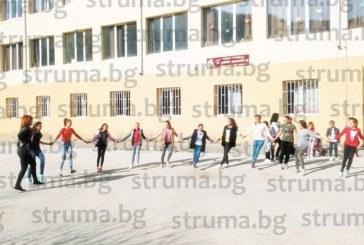 С танци и хора в междучасието учениците в с. Долно Осеново борят стреса