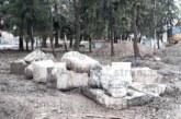 Древен двор с колони и капители на 15 века изкопаха работници при ремонт на парк в Кюстендил