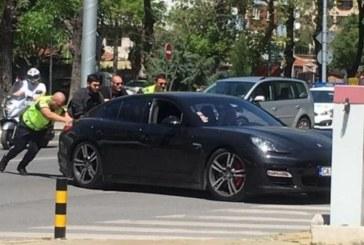 Полицаи бутат лъскаво возило, зад волана се кипри жена /СНИМКА/