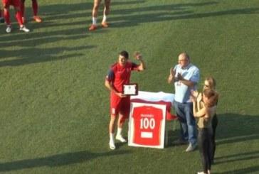 Наградиха неврокопчанин за мач № 100 в Кипър с фланелка в рамка