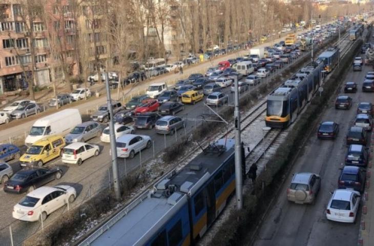Две коли в опасен сблъсък в София, спряха трамваите
