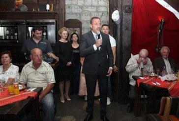 Кметът Г. Икономов вдигна наздравица със 120 учители ветерани на стилен коктейл в Банско