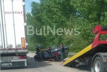 Шофьор от Пиринско в зрелищна каскада на Е-79, колата му смазана на пътя по таван