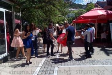 Абитуриенти от СУИЧЕ огласиха с тъпани и зурни центъра на Благоевград