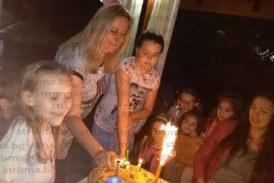 ВМРО активистката Теодора Мичева чества рожден ден с градинско парти, съпругът й децата я събудиха с цветя и торта
