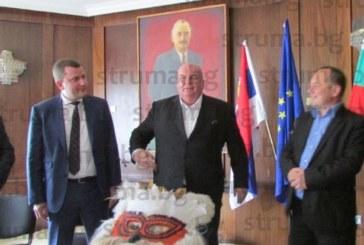Подариха на сръбски депутат кукерска маска от Ковачевци, донесла късмет в изборите на президентите Г. Първанов и Р. Радев