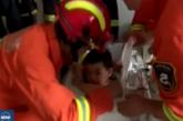Пожарникари извадиха заседнало в пералня дете