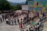 """Абитуриентите на Икономиката извиха хоро в училищния двор, класът на Л. Ласкова облече тениски с надпис """"Играта свърши"""""""