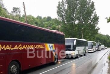Ад на Е-79! Автобуси с работници блокирани заради обърнатия ТИР