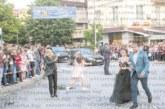Депутатът Б. Боцев дефилира с племенницата си Благовеста на бала й в Гоце Делчев