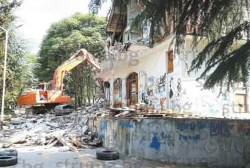 Събориха мотела на А. Соколов в парка на Сандански, вдигнат преди 25 г., но не заработил заради липса на строителни книжа