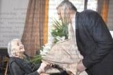 Я. Белчева от Разлог посрещна гости за 100-тния си рожден ден, кметът Кр. Герчев я изненада с цветя и подаръци