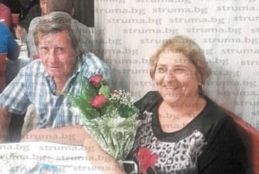 В компанията на синовете, снахите и внуците дупнишката фризьорка К. Златарска празнува 65-и рожден ден