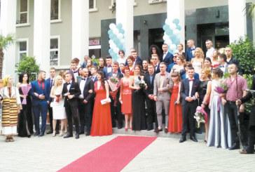 Хайдути от цялата страна изпратиха на бала братя близнаци от НХГ, за две вечери абитуриентка дефилира по червения килим и в Сандански, и в Благоевград