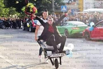 Кавалер на кметска дъщеря дойде на бала в ръчна количка