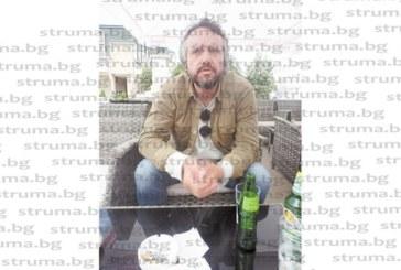 """Скандалният автор на """"Алкохол"""" Калин Терзийски на гроба на приятеля си Ради в Благоевград: Често си говоря с него за живота, смъртта и времето, когато бяхме бохеми на по 22 г. и пиехме """"Куба либре"""""""