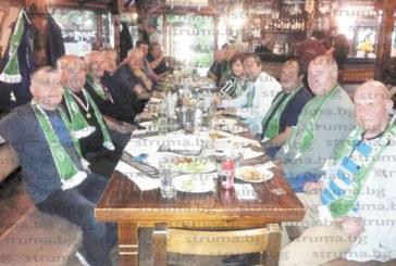 """На среща ветераните на """"Пирин"""" /ГД/ си пожелаха """"тъмното  време"""" за любимия им отбор да свърши и подариха на заклетия фен, кмета Вл. Москов, футболна топка"""