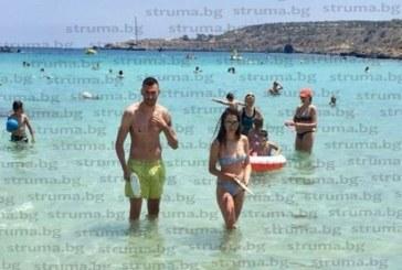 """Бившият нападател на """"Пирин"""" М. Костов-Джек и приятелката му Цветелина събират тен по плажовете на Кипър"""