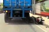 Камион мина през главата на моторист