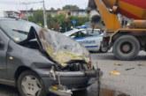 Кола се заби в бетоновоз