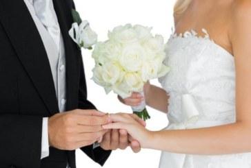 Любов в облаците! Двойка се венча в люлка, висяща от мотор
