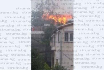 Гръм удари къща в Сандански, гори пожар