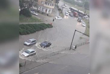 Порой превърна улиците във Варна в реки
