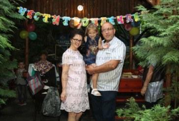 Дъщеричка на полицай и учителка чества рожден ден с парти с фойерверки и огромна торта