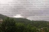 Небето притъмня! Дъжд се излива над Благоевград, чува се тътенът на гръмотевици