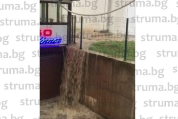 """В кв. """"Еленово"""" се борят с водата! Тръба от плувния комплекс наводни мазета и гараж"""