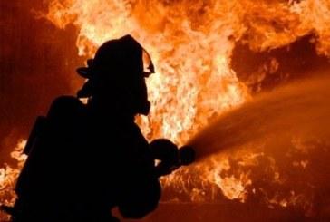 Огнеборци гасиха пожар в търговски обект