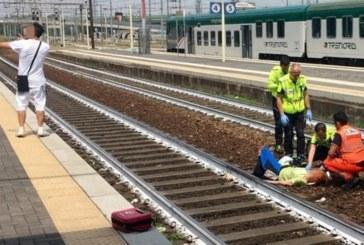Влак удари жена, а този мъж си прави селфи