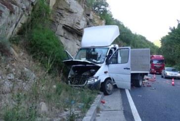 Камион с домати катастрофира в Кресненското дефиле /снимки/
