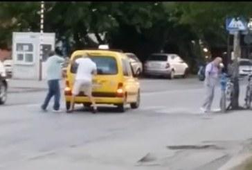 Агресия на пътя! Колоездач шамароса таксиметров шофьор