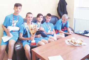 Отборът на благоевградското III ОУ грабна сребърните медали от национален турнир по футбол във Варна, капитанът М. Димитров се прибра със счупена ръка