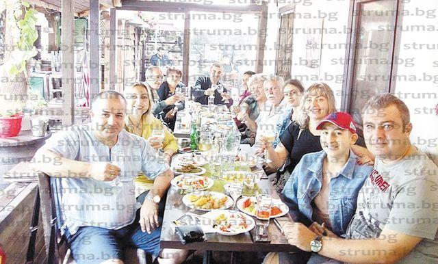 Синът на директора на Благоевградската професионална гимназия А. Драгоев - Венцислав, празнува пълнолетие с близки и приятели