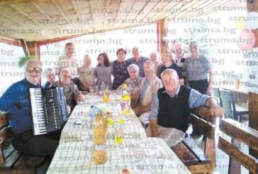 Възпитаници на гимназията в Рила празнуваха 60 г. след завършването, дегустираха виното еликсир на агронома-експолицай Ил. Коричков
