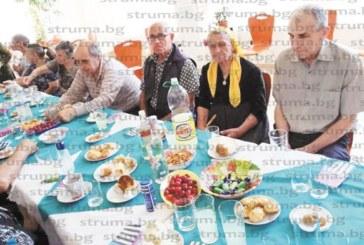 """Пенсионерите от клуба в благоевградския кв. """"Еленово"""" отпразнуваха рождения ден на бившата си председателка Павлина Теова"""