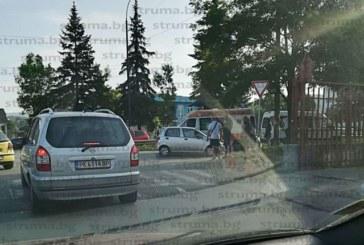 ЛИНЕЙКА ИЗХВЪЧРА! Две коли в опасен сблъсък на възлово кръстовище в Перник