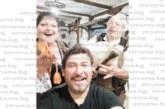 Гайдар свири на ухо на благоевградския общински съветник Калоян Ханджийски на приятелска сбирка в с. Широка лъка